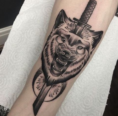 Schwert und Wolf Design am Unterarm