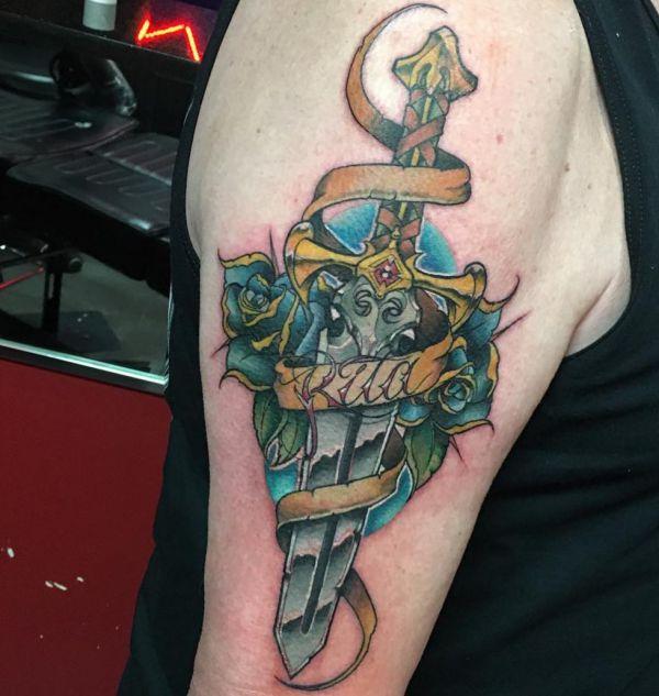 Schwert mit Blaue Rosen Design am Oberarm