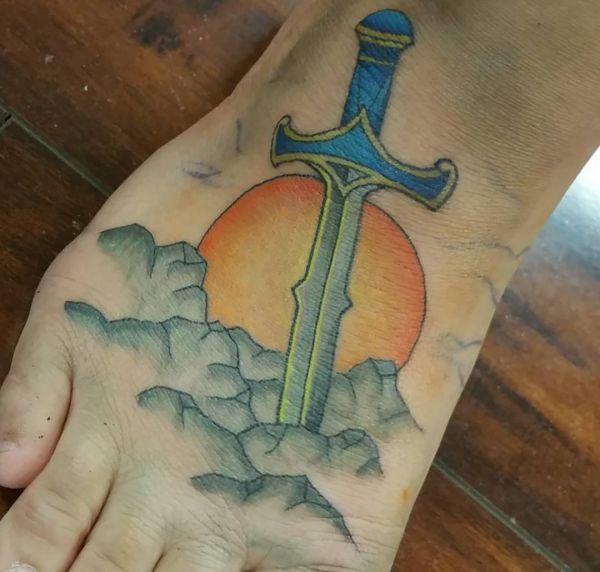 Das Schwert im Stein und Sonne Design am fuß