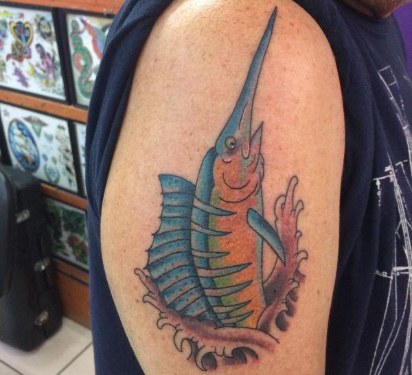 Schwertfisch am Oberarm