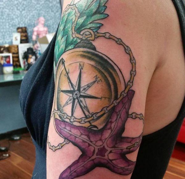 Seestern mit Kompass auf dem Arm