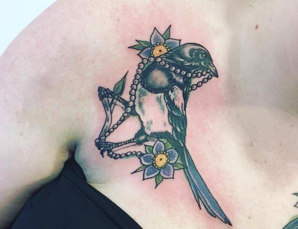 Elster mit Blume Tattoo am Schlüsselbein für Frauen