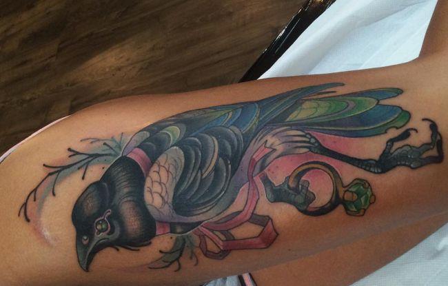 Elster mit Schmuck Tattoo am Oberschenkel