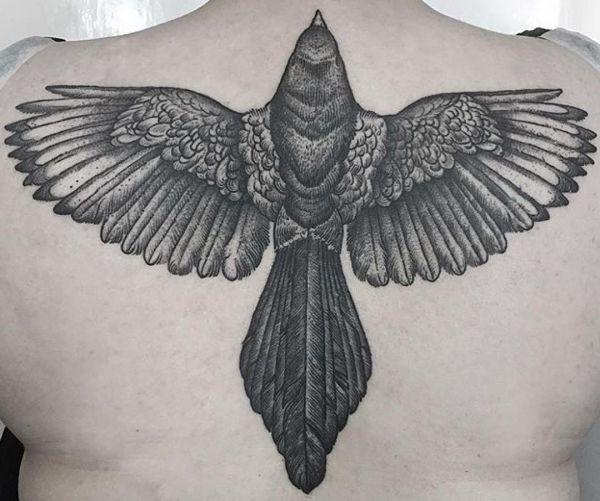 Elster Tattoo am Rücken