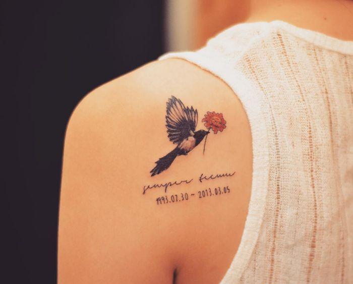 Elster Tattoo am Schulterblatt für Verstorbene