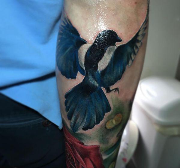 Elster Realistische Vogel mit Rose am Unterarm