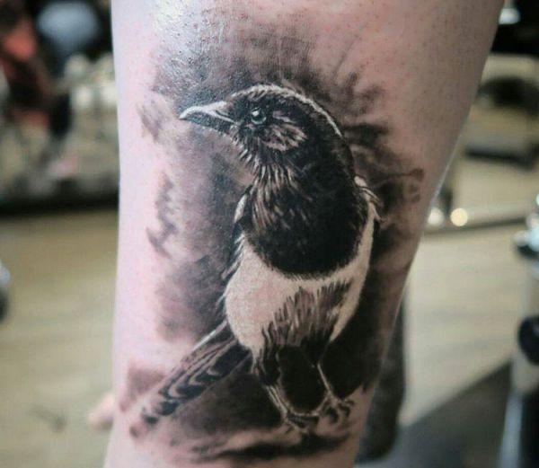 Elster Realistische Tattoo auf der Bein