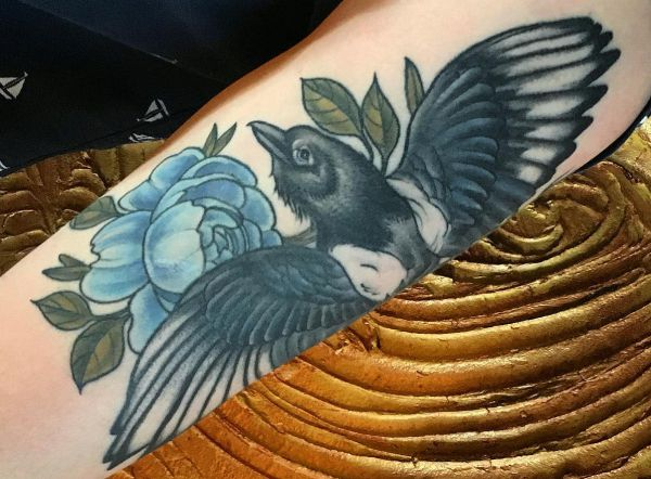 Elster Vogel mit Blume Tattoo Ideen