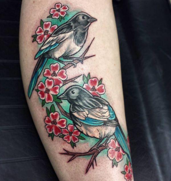 Elster mit Blumen Tattoo auf der Bein