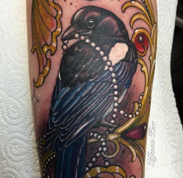 Elster mit Schmuck Tattoo auf der Bein
