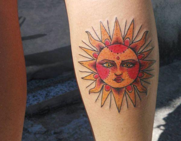 Sonne im Gesicht Desgin am Unterschenkel