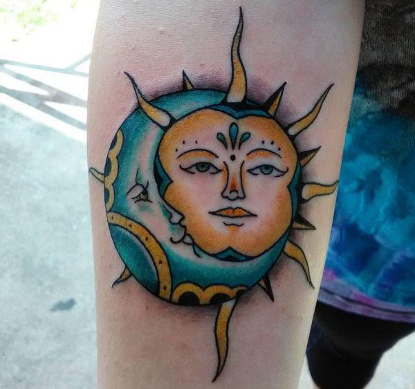 Sonne und Mond im Gesicht Desgin am Unterarm