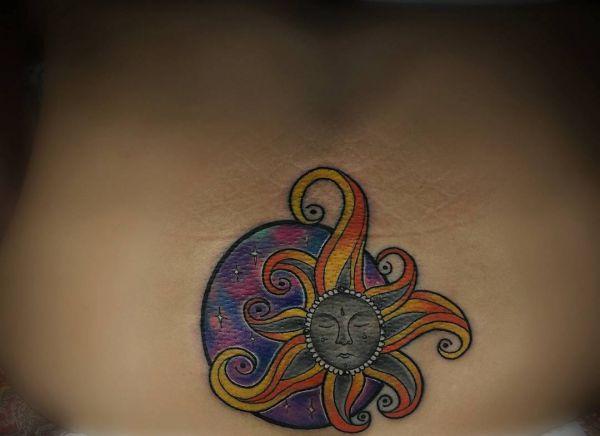 Sonne im Gesicht Tattoo Design am Unterer Rücken Frau