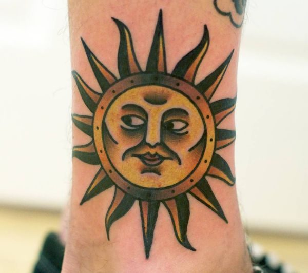 Sonne im Gesicht Tattoo Design