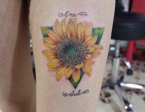 Sonnenblumen mit Namen und Datum Design auf der Bein