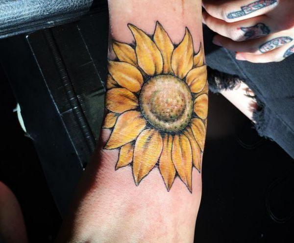 Realistisch Sonnenblumen Design am Handgelenk