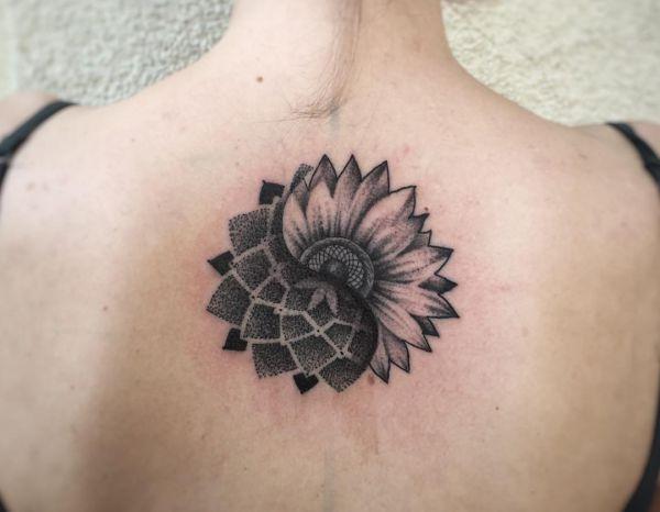 Mandala Sonnenblumen Design am Rücken