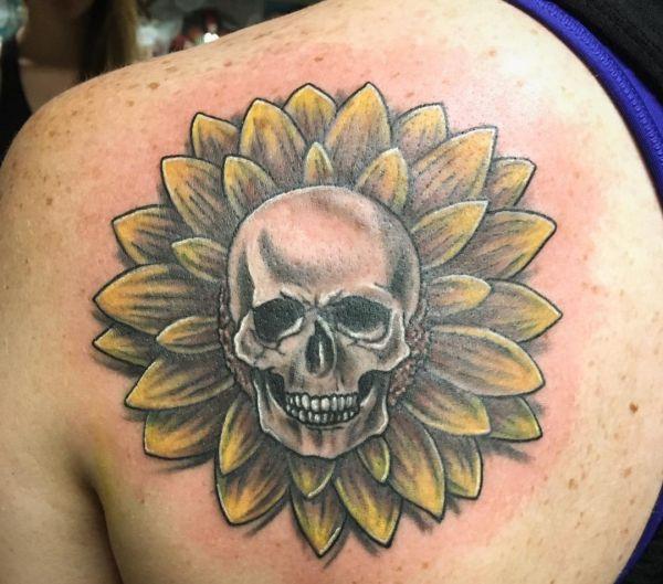 Sonnenblumen mit Totenkopf Design am Schulterblatt