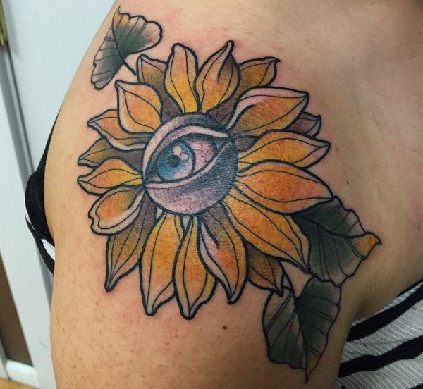 Sonnenblumen mit Auge Tattoo Design am Oberarm