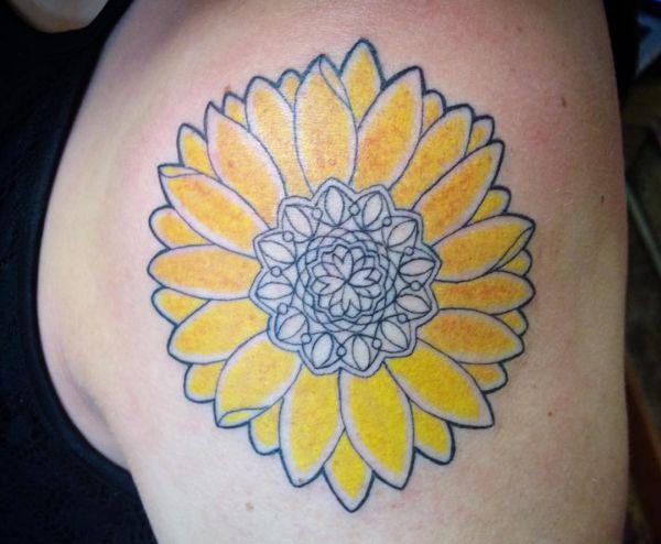 Auffällige Sonnenblumen Design am Oberarm