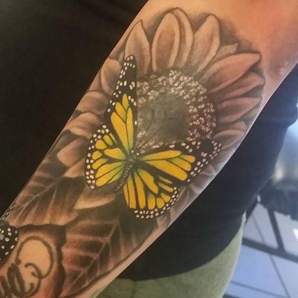 Sonnenblumen und Schmetterling Design am Unterarm