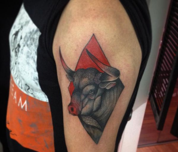 Stier Tattoo Design am Oberarm Rot