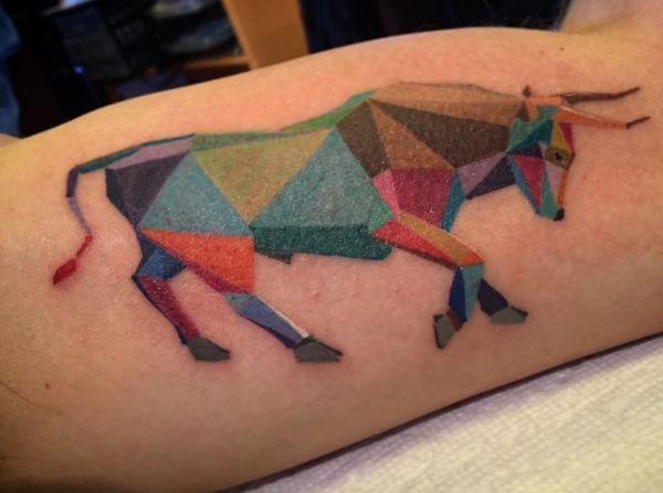 Bunte Geometrisch Stier Tattoo am Oberarm