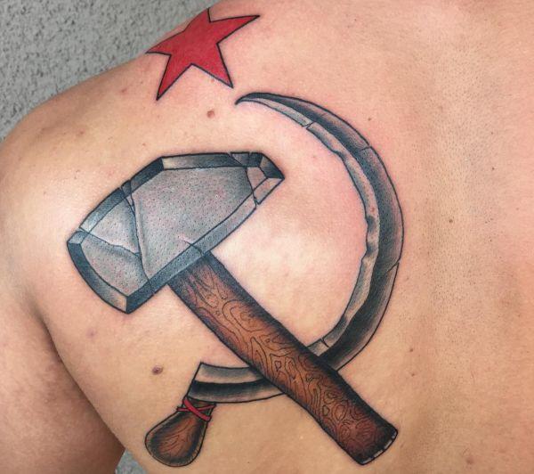 Sichel und Hammer Tattoo am Schulterblatt