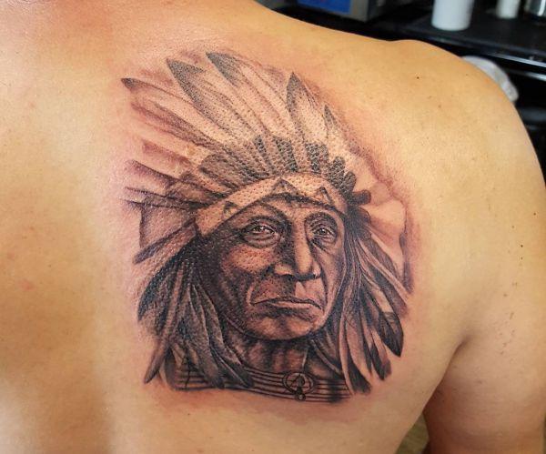 Indianer Tattoo am Rücken