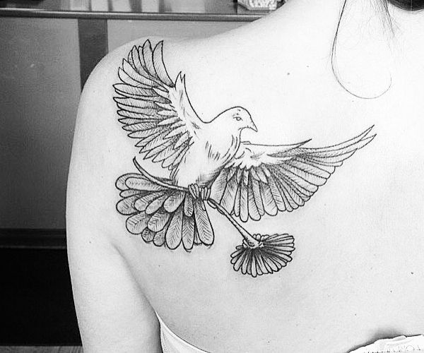 Taube mit Blume am Schulterblatt