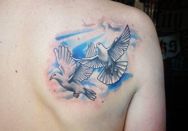 Zwei Tauben am Schulterblatt