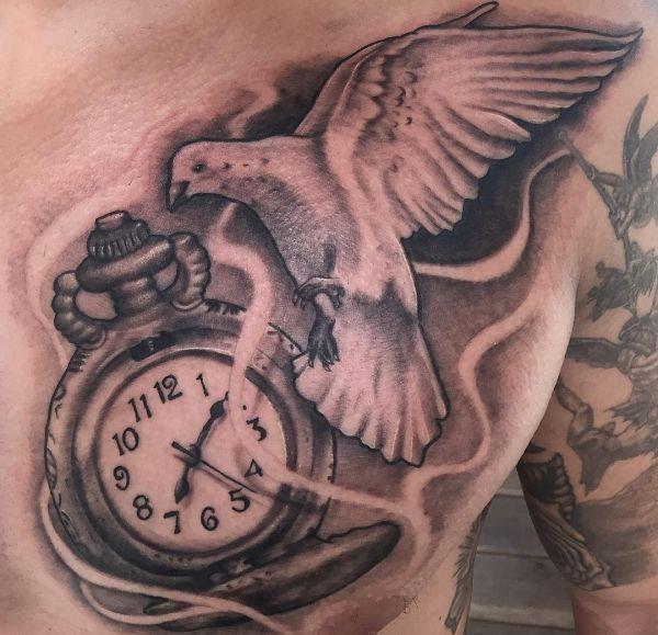 Taube mit Taschenuhr am Brust