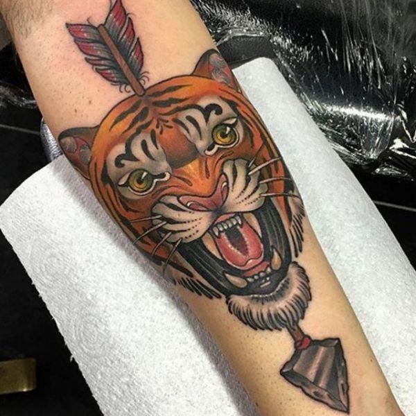 Tigerkopf mit Pfeil Tattoo am Unterarm