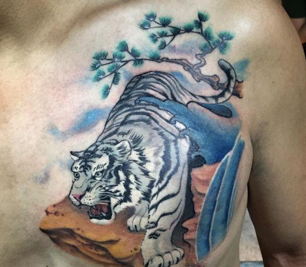 Weiße Bengal-Tiger Tattoo am Brust der Männer