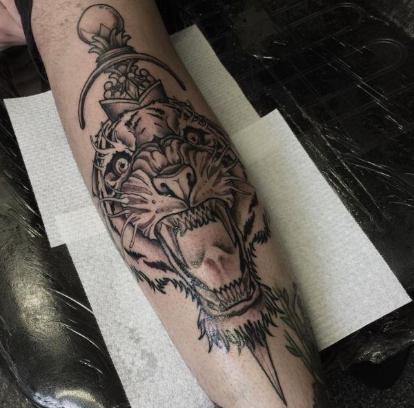 Tigerkopf mit Dolch Design auf dem Arm