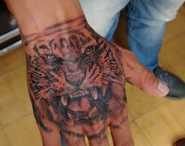Tigerkopf Design auf Hand