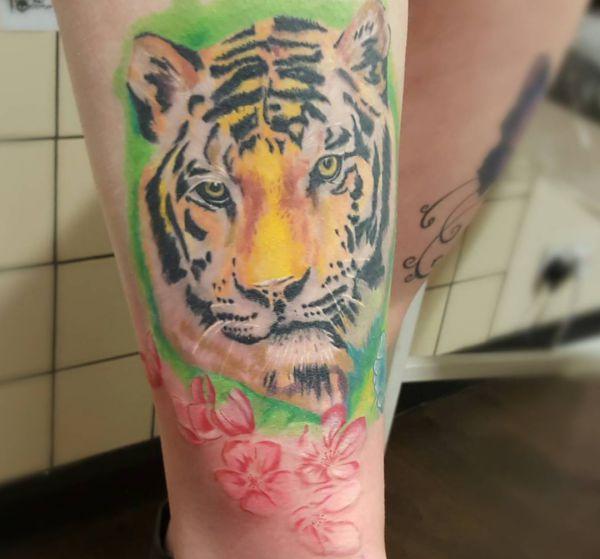 Tiger mit Blumen Design auf der Bein