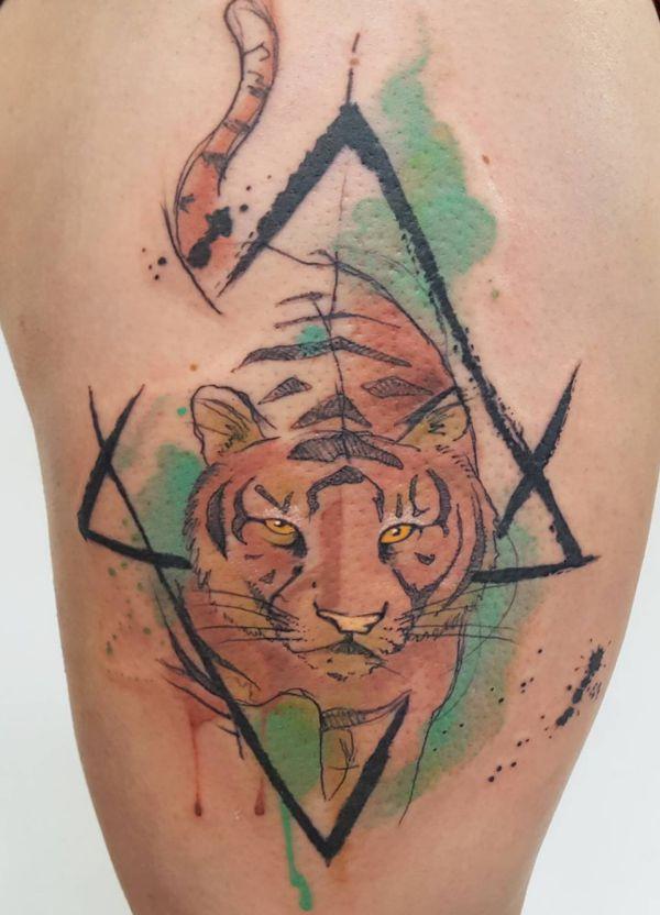 Aquarell Tiger Tattoo am Oberschenkel