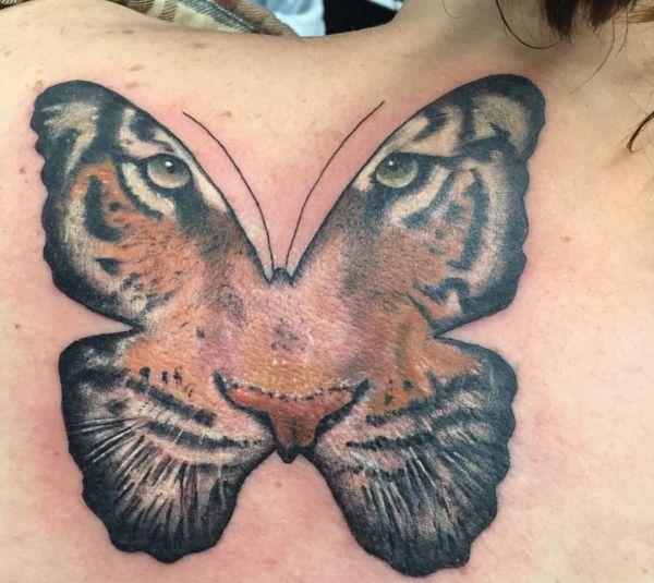 Schmetterling mit Tiger Tattoo am Rücken