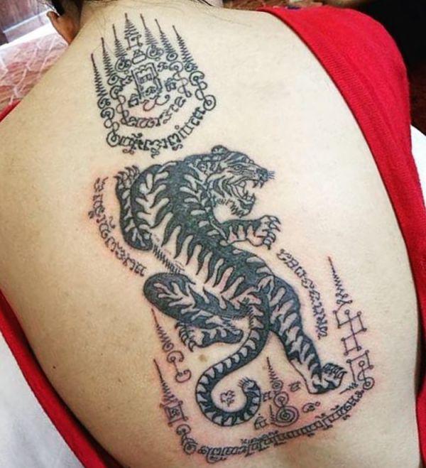 Thai Tiger Design am Rücken Schwarz und weiß