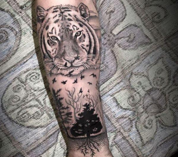 Tiger mit Vogel und Baum Tattoo am Unterarm