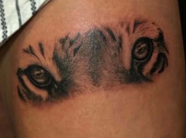 Tigeraugen Tattoo am Oberschenkel
