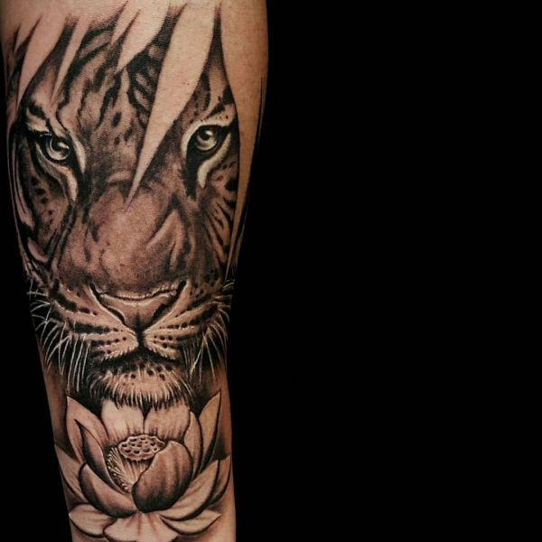 Tiger mit Lotusblume Tattoo Design
