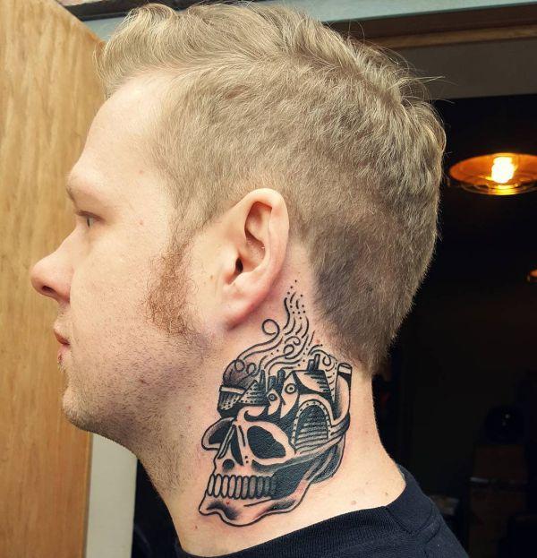 Totenkopf Tattoo für Männer um den Hals