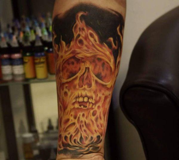Totenkopf Flammen Tattoo am Unterarm