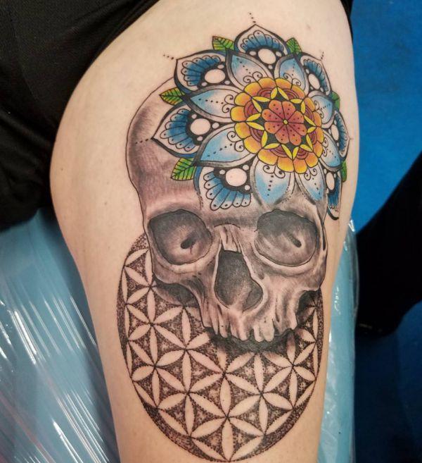 Totenkopf mit Mandala Design um den Oberschenkel