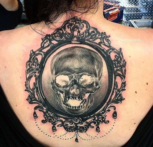 Totenkopf mit Spiegel am Rücken