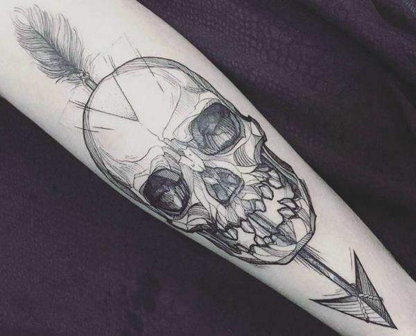Totenkopf mit Pfeil Tattoo Design auf dem Arm