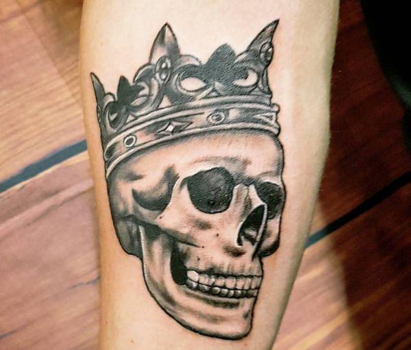 Totenkopf mit Krone Tattoo