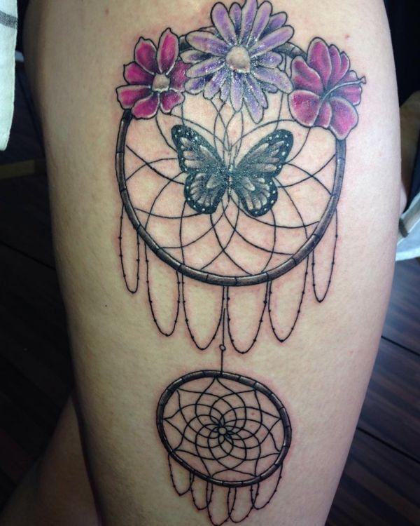 Schmetterling mit Blumen und Traumfänger Design auf der Bein
